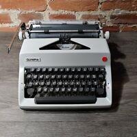 Vintage Olympia SM9 DeLuxe Manual Typewriter. Original Black Travel Case w/Key