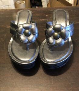 Coach Poppy Womens 10 Harley Flower Wedge Flip Flop Sandals Silver/Pewter