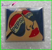 Pin's Boisson PEPSI famme avec des lunettes   #964