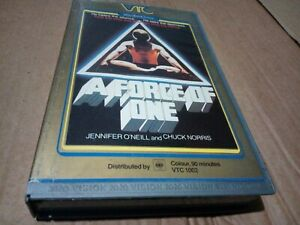 A force of one vhs. Vtc. Original first issue but not original box. See photos