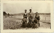 PHOTO ANCIENNE - VINTAGE SNAPSHOT -HOMME GROUPE MER PLAGE MAILLOT BAIN SABLETTES