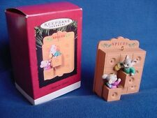 1995 HALLMARK SISTER TO SISTER CHRISTMAS ORNAMENT Mice in Spice Cabinet MOUSE w