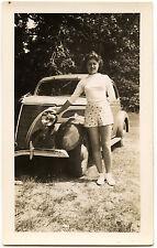 Jeune femme à côté voiture ancienne La Baule - photo ancienne an. 1939