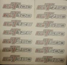 Suzuki GT100 GT185 GT125 GT250 GT380 GT550 GT750 Calcomanía insignia de panel lateral