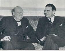 1946 Press Photo Winston Churchill Smokes Cigar Sitting by NY Gov Thomas Dewey