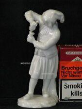 . Höchst Porzellan Figur Mädchen Frau presst Wein aus Traube, Weintraube