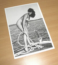 BETTY PAGE sexy Queen of Burlesque Erotik Postcard PIN UP nacked FISHING FOR MEN