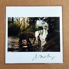 Steve McCurry firmato Print-boy e Elefante attraversare un ruscello-Tailandia, 2010