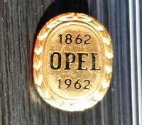 Opel Brosche 100 Jahre 1862-1962 emailliert gestempelt Preissler 17x21mm
