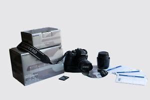 Olympus E-620 con grip verticale, obiettivi da 14-42 mm e 40-150 mm e accessori.