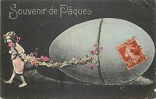 CP SOUVENIR DE PAQUES - FILLETTE TIRANT GROS OEUF AVEC GUIRLANDE DE FLEURS