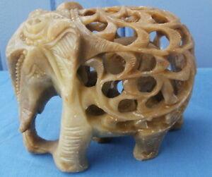 ELEPHANT en pierre de savon, sculpté et ciselé et son enfant à l´intérieur