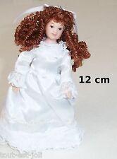 enfant,poupée miniature,vitrine, maison de poupée,personnage,fille robe blanche