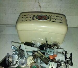 Vecchia scatola con accessori per macchina da cucire singer