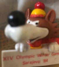 1984 Sarajevo Invierno Olimpiadas Mascota Vucko Sosteniendo Cartel 7.6cm Goma