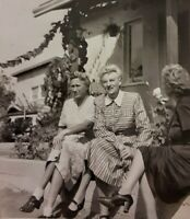 Vintage Old 1940's Photo of three Older Women Friends Outside Talking 💥