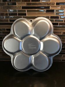"""2006 Wilton Dancing Daisy Flower Cakes Cake Pan with Paper Insert 13"""" 2105-1016"""