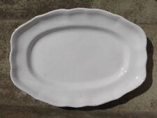 Grand plat en faîence émaillée blanc style Louis XV , bord chantourné