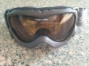 Trespass grey ski / snowboarding goggles.
