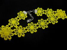 A LADIES GIRLS PRETTY YELLOW DAISY FLOWERS  FESTIVAL CHOKER NECKLACE . NEW.