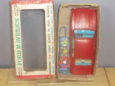 """Vintage Fer Blanc Batterie Bandai Model No.1386 """"FORD MAVERICK"""" VN En parfait état, dans sa boîte"""