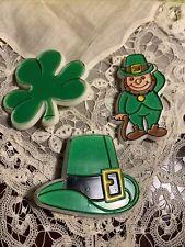 Vintage 3 St Patrick's Day Plastic Pins Clover Hat Bon7-39