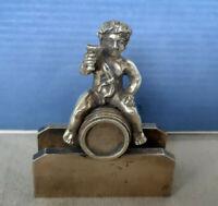 Petit garçon tenant une coupe assis sur un tonneau ( fin XIXe )