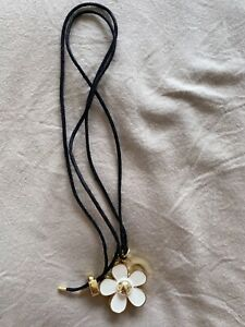 Daisy Necklace With Solid Perfume