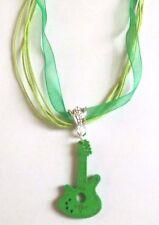 collier organza vert avec pendentif guitare en bois verte 35x20 mm