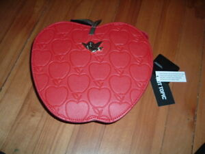 LOUNGEFLY DISNEY SNOW WHITE APPLE QUILTED CROSSBODY BAG~ WITH TAGS~ NEW~ STRAP~