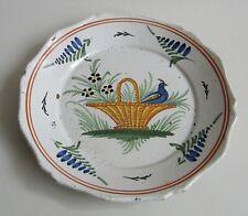 Nevers. Assiette en faïence à décor d'un panier fleuri et d'un oiseau, XIXe