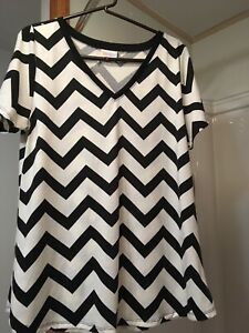 NWT-LuLaRoe Christy T Large Black & White Short Sleeve Shirt