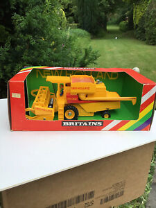 BRITAINS NEW HOLLAND TR85 COMBINE HARVESTER -  9575  VINTAGE 1982 Boxed