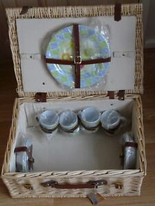 Large Deluxe filled Picnic Hamper basket  Robert Dyas camping 4 person  New