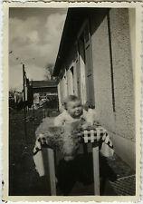 PHOTO ANCIENNE - VINTAGE SNAPSHOT - ENFANT BÉBÉ TABLE TAPIS DRÔLE - CHILD BABY