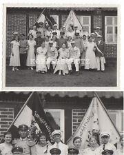 Altes Gruppen Foto mit Fahne JUNGGESELLSCHAFT um 1920