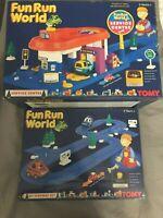 Tomy Fun Run World Service Center & Highway Set mit 3 Autos - Vintage Neu Ovp