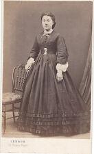 Photo cdv : Legros ; Dame de la bourgeoisie main sur une chaise , vers 1862