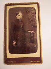 stehende Frau im Reifrock mit Fotoalbum in der Hand / CDV Felix Pieters