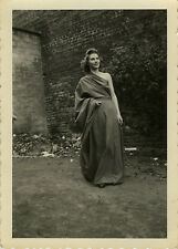 PHOTO ANCIENNE - VINTAGE SNAPSHOT - FEMME ROBE MODE COSTUME DRÔLE -FASHION DRESS