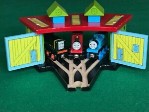 WOODEN TRIPLE ENGINE SHED for Thomas & Friends Railway BIGJIGS BRIO Train Set