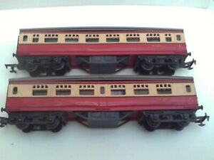 TRIANG VINTAGE FIRST ISSUE RAKE OF CRIMSON & CREAM COACHES X 2 GOOD USED
