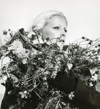 VIRNA LISI  LES GALETS D'ETRETAT 1971 VINTAGE PHOTO ORIGINAL