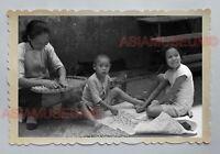 WOMEN CHILDREN GIRL BOY PLAY BACK STREET VINTAGE B&W HONG KONG Photo 18417 香港旧照片