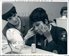 1966 Pretty United Airlines Stewardess Beauty Tips Grooming Class Press Photo