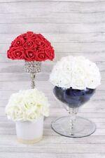 Fleurs, pétales et guirlandes roses roses pour le mariage