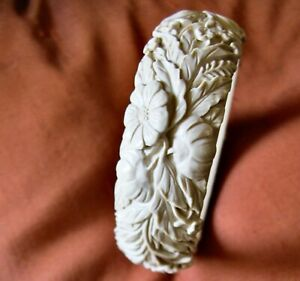 """Bracelet jonc ancien art déco en galalithe crème """"sculptée"""". Bel état. Rare."""