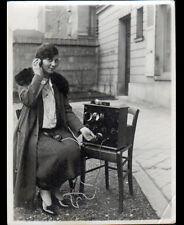 PHOTO AMATEUR / FEMME au POSTE RADIO / Scéne de vie en 1928
