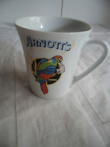 VINTAGE ARNOTTS ROSELLA PARROT EATING A CRACKER CHINA COFFEE CUP MUG