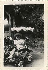 PHOTO ANCIENNE - VINTAGE SNAPSHOT-ENFANT LANDAU FLEURS FÊTE MODE-CHILD FLOWERS 4